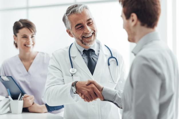 Medico stretta di mano con paziente comunicazione positiva