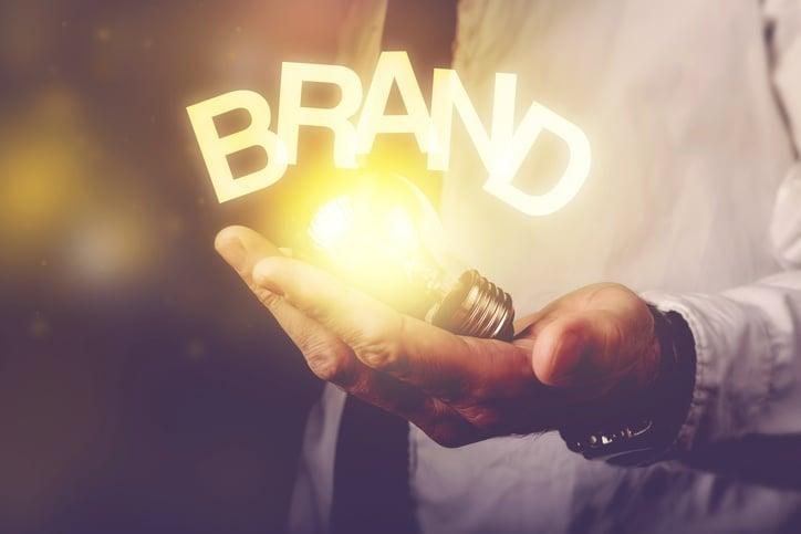 mano-uomo-lampadina-scritta-Personal-brand-dottori