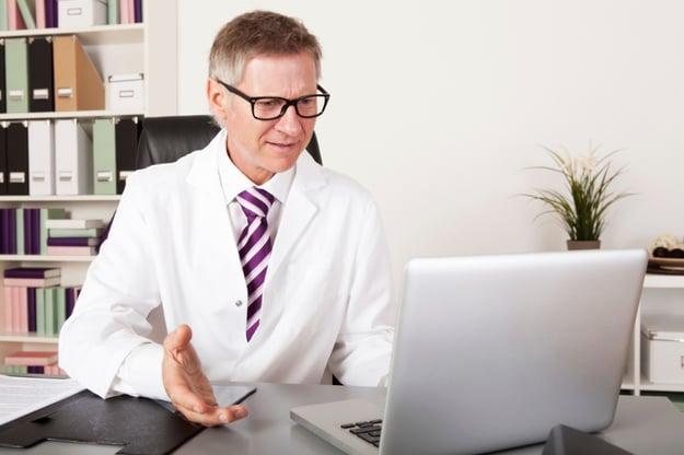 medico-con-computer-legge-recensioni-mediche-online