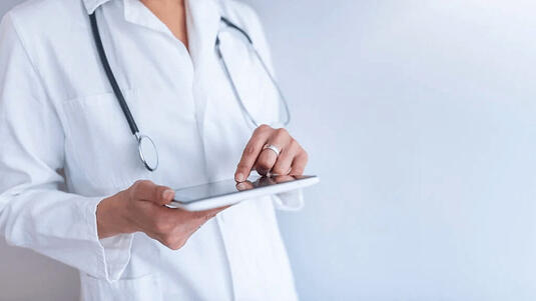 medico con tablet gestione prenotazioni